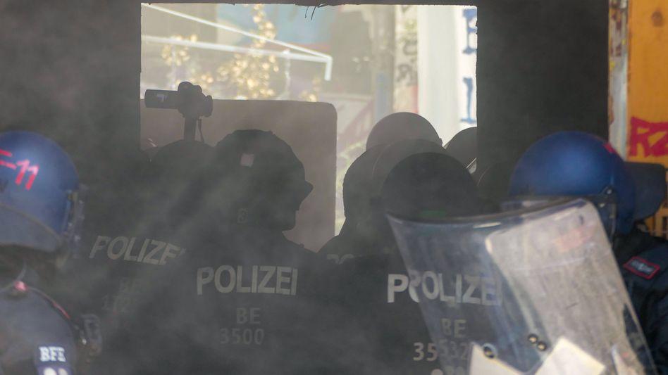 Schwefelgeruch, Knallgeräusche, aus dem Flur dringt dichter Rauch – dann haben sich die Beamten Zutritt zum Haus in der Rigaer Straße 94 verschafft
