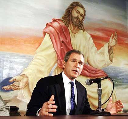 Bush vor einem Jesusbild: Ernstzunehmende Einwände gegen Bushs Kanonenbootdemokratisierung