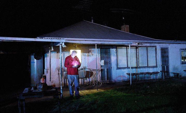 """Familienvater Ryan vor seinem Haus: """"Vielleicht dreht der Wind noch mal"""""""