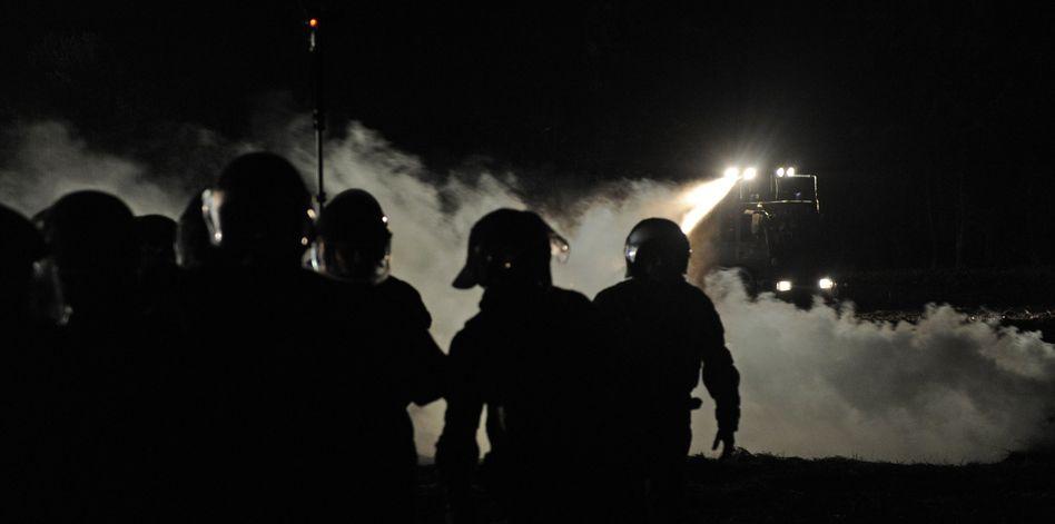 Wasserwerfer-Einsatz bei Castor-Transport: Beide Seiten beklagen Verletzte