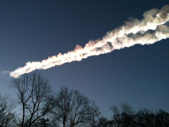 Mit einer langen Rauchspur flog 2013 ein Meteorit über die russische Stadt Tscheljabinsk und explodierte mit einem hellen Blitz und einem lauten Knall.