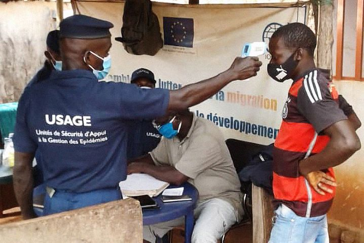 """Temperaturmessen am Grenzübergang: """"Manche sind schon routiniert, gerade die Lkw-Fahrer"""", sagt der IOM-Mitarbeiter Lanciné Diané"""