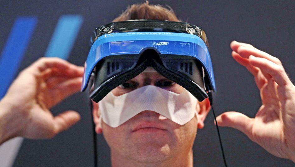 Microsoft-Mitarbeiter mit Holo-Lens-Brille