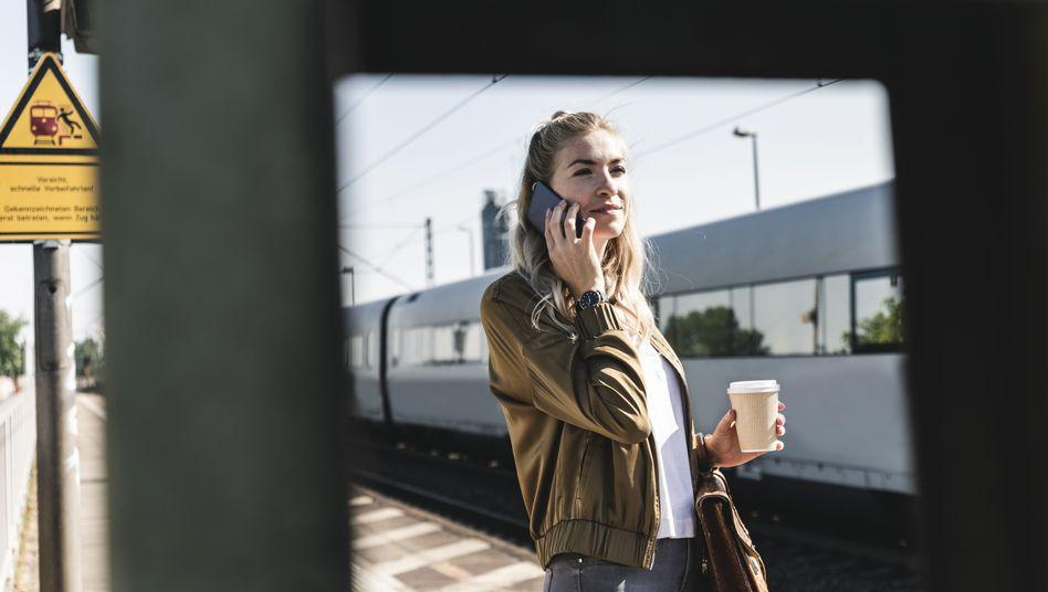 Frau mit Handy: Jeder zweite glaubt fälschlicherweise, dass Handystrahlung das Erbgut schädige