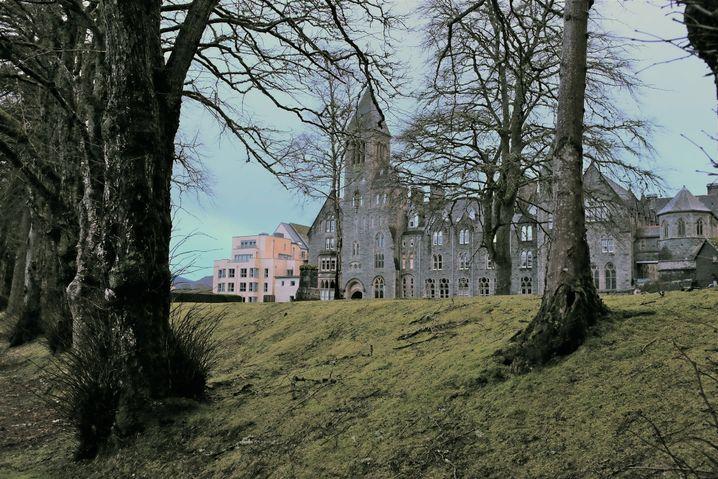 """Ein guter Stützpunkt für die Monstersuche: Aus den Ferienwohnungen des """"Highland Club"""" hat man einen guten Blick auf Loch Ness"""