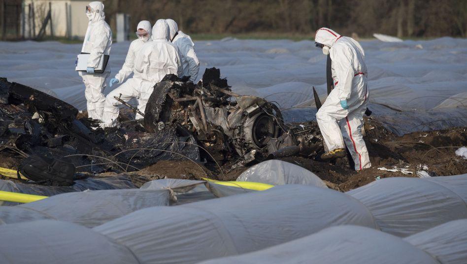Beamte untersuchen das Wrack des abgestürzten Geschäftsflugzeuges
