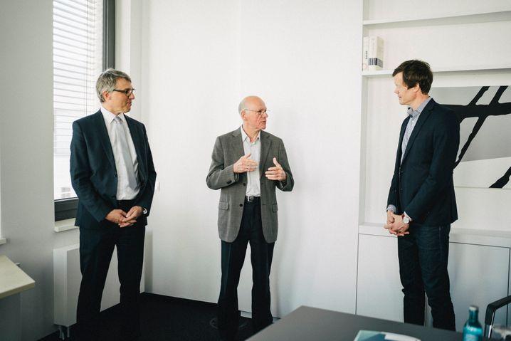 KAS-Chef Lammert mit den SPIEGEL-Redakteuren Severin Weiland (l.) und Florian Gathmann