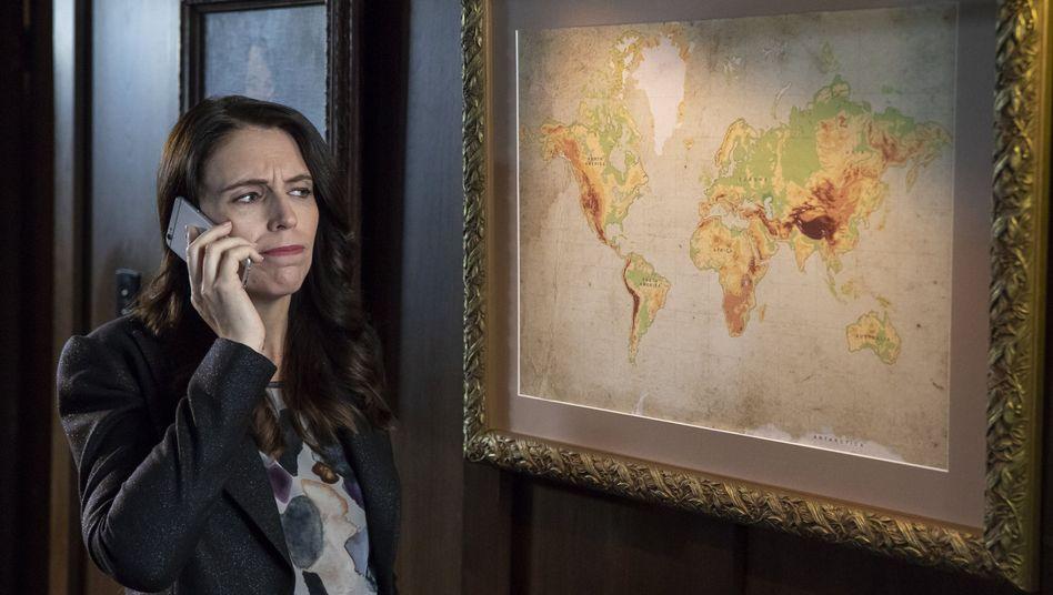 Jacinda Ardern vor einer Weltkarte im Video von Tourism NZ