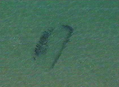 Sichtbar erst aus der Vogelperspektive: Mit Luftbildprospektion lassen sich Wracks in einer Wassertiefe von bis zu fünf Metern erkennen
