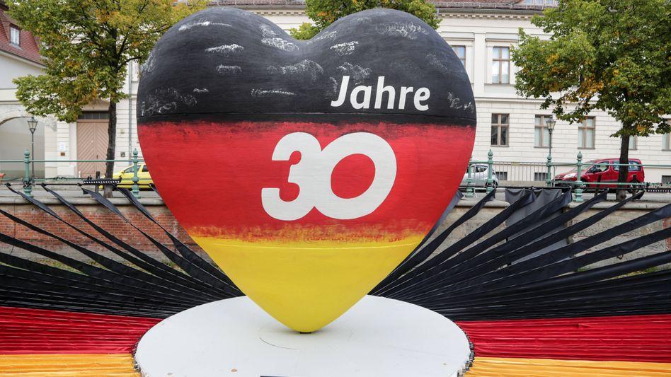 Installation zum Tag der Deutschen Einheit in Potsdam: Gewerkschaft fordert neue Gesetze für mehr Tariflöhne im Osten
