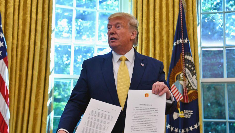 Donald Trump zeigt einen Brief von Chinas Präsident Xi Jinping