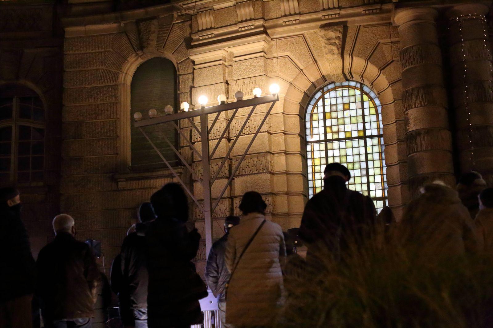 Entzündung des ersten Lichts am Chanukka-Leuchter vor dem Rathaus in Potsdam, 10. Dezember 2020. Jüdisches Lichterfest