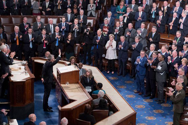 Jens Stoltenberg bedankt sich beim Kongress für die stehenden Ovationen