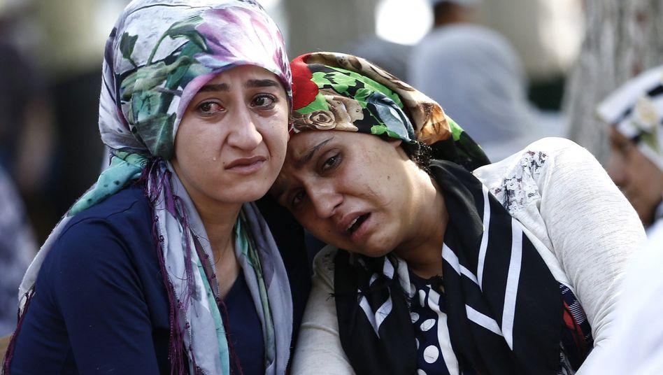 Trauernde Frauen in Gaziantep nach dem Anschlag