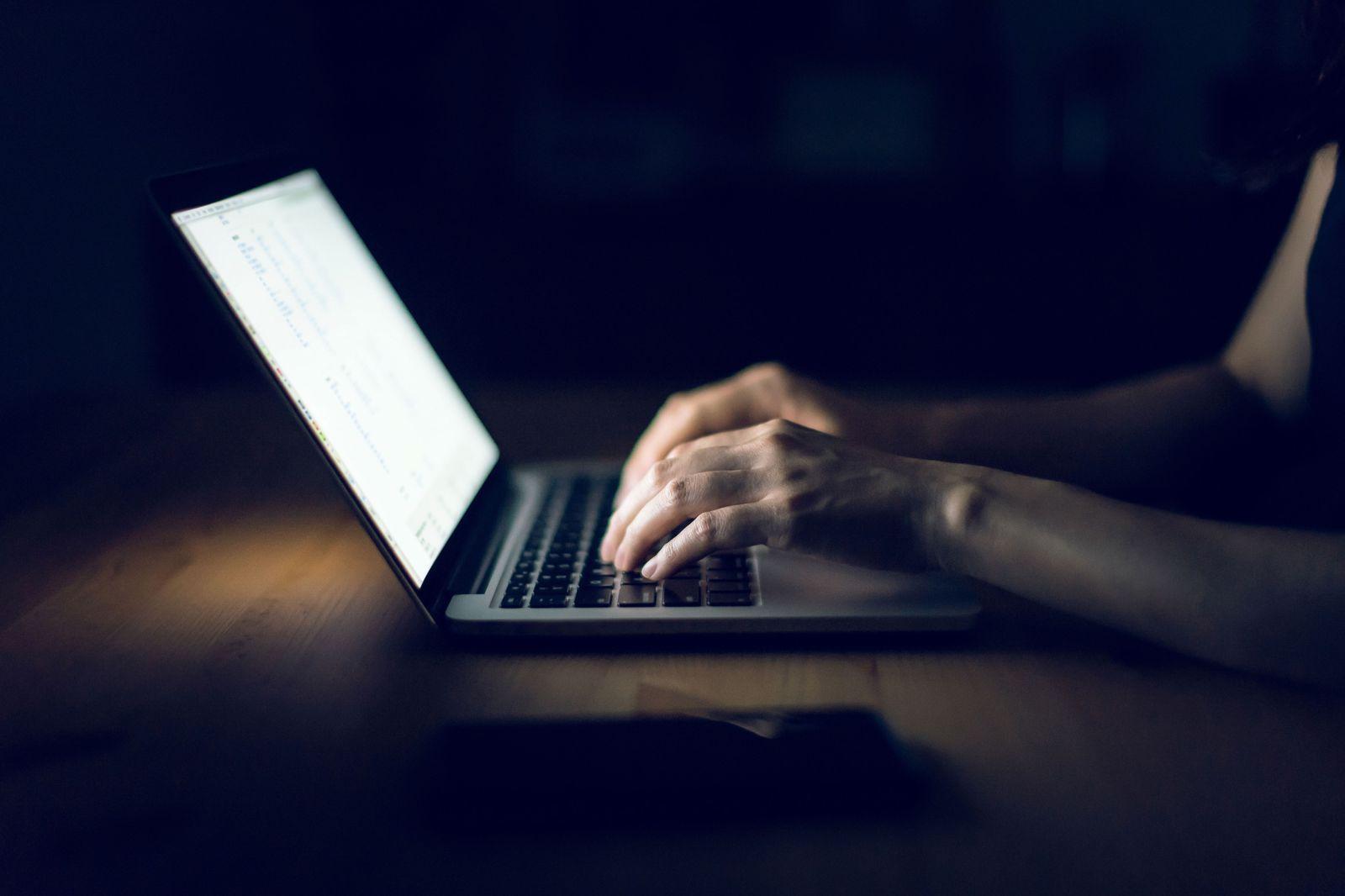 EINMALIGE VERWENDUNG Hacker/ Datenklau/ Hacker-Angriff/ Computer/ Spionage