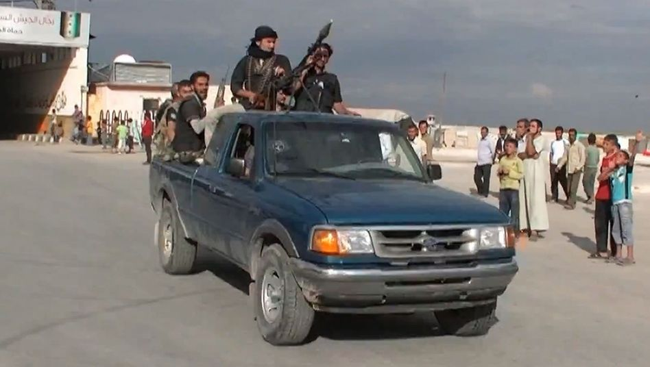 Hours of gun battles broke out in Azaz, Syria, last week between Free Syrian Army fighters and jihadists with ISIS.