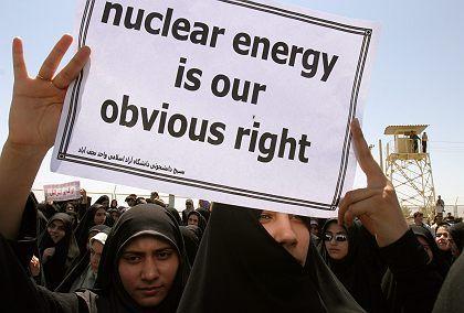 Demonstrierende Iraner: Regierungen wollen die Embargo-Option, die deutsche Wirtschaft lieber nicht