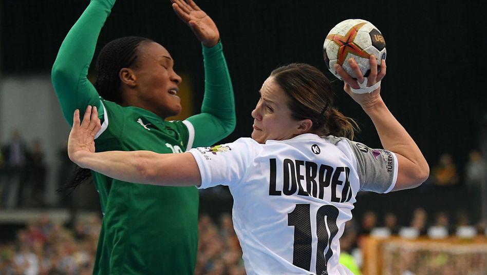 Deutschlands Anna Loerper (r.), Kameruns Aubiege Njampou Nono