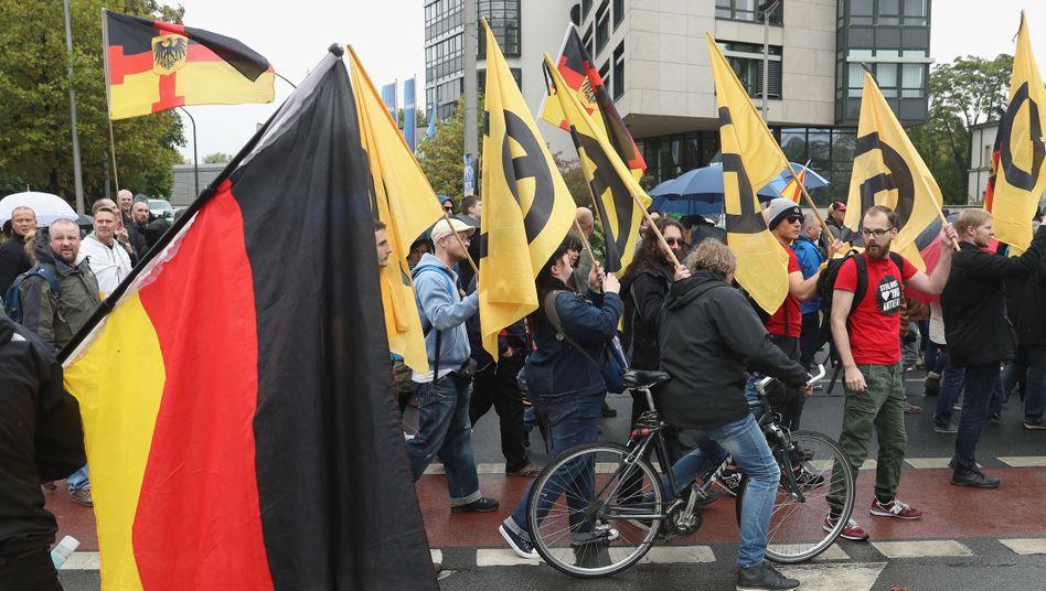 """Demonstranten mit Fahne der """"Identitären Bewegung"""" und Pegida-Anhänger in Dresden"""