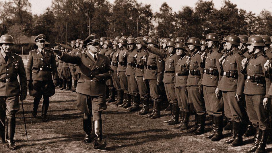 Generalgouverneur Hans Frank (3. v. l.) in Krakau um 1942