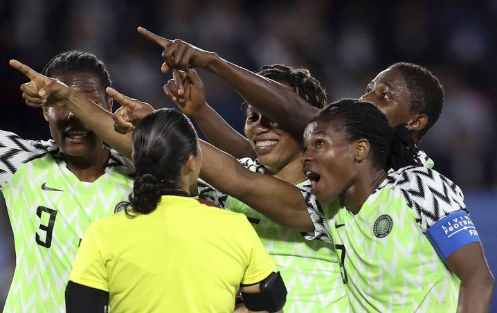 Nigerias Spielerinnen beschweren sich über eine Elfmeterentscheidung bei Schiedsrichterin Melissa Borjas während der Partie gegen Frankreich.