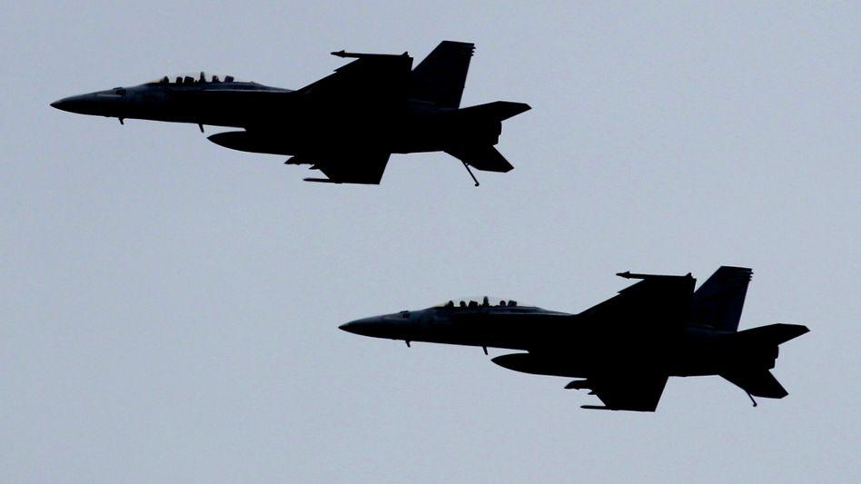 Amerikanische F-18-Kampfflieger bei einem Übungsflug im Persischen Golf (Archivbild)