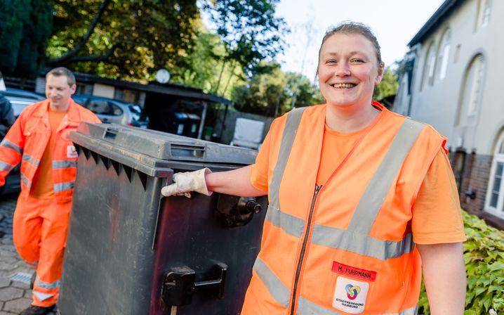 Müllfrau bei Hamburger Stadtreinigung