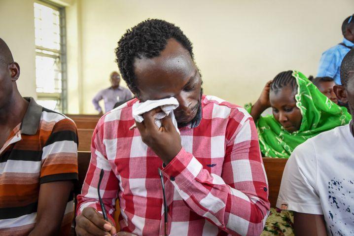 Erick Kabendera, seit Monaten inhaftiert, weint im Gerichtssaal. Das Gericht untersagte ihm Anfang Januar, die Beerdigung seiner Mutter zu besuchen