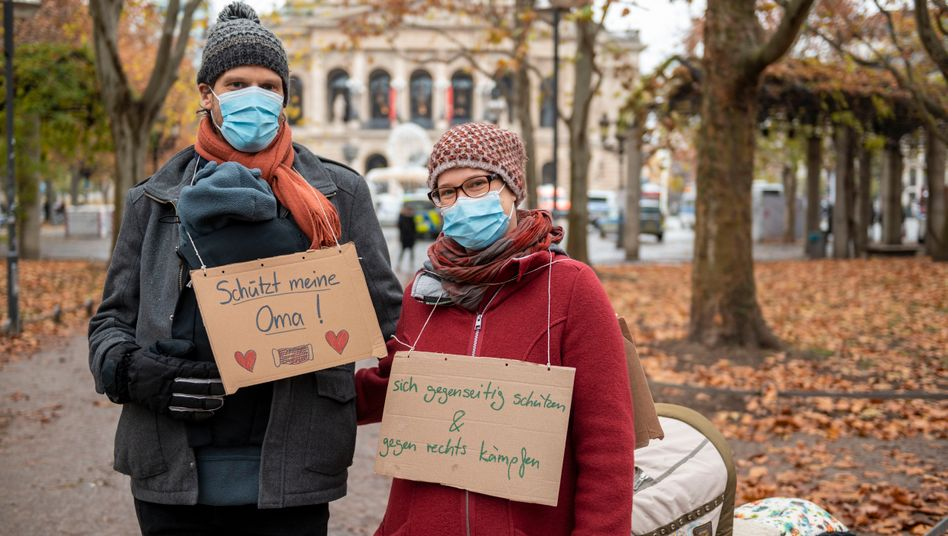 Dieses Paar mit Baby gehört zu den Gegendemonstranten, die am Samstag in Frankfurt am Main ein Signal gegen die »Querdenker«-Bewegung setzen wollten