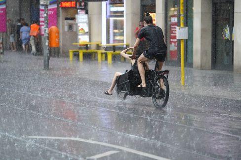 Lastenrad im Regen – Symbolbild für diesen Sommer, meteorologisch wie politisch