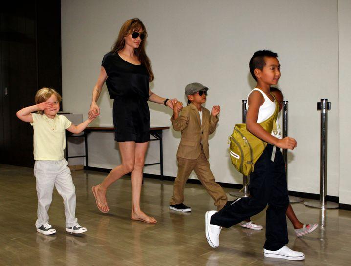 Angelina Jolie 2010 mit ihren Kindern in Japan (Archivbild)