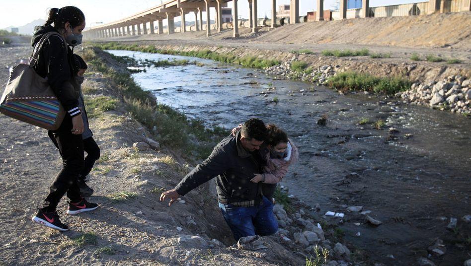 Eine Familie versucht, bei Ciudad Juárez den Grenzfluss Rio Grande zu durchqueren