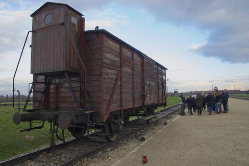 Deportationswaggon in Auschwitz: Emotionen gehören zum historischen Lernen