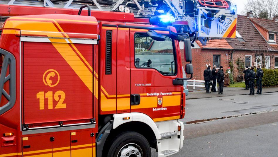 Einsatzkräfte von Polizei und Feuerwehr in Eckernförde: Explosion im Wintergarten