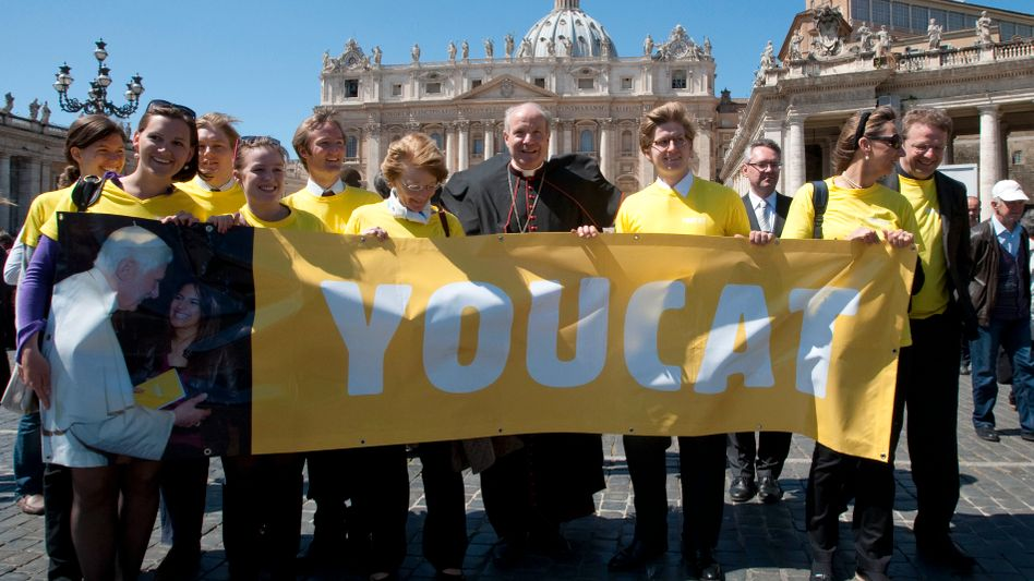 """Auf dem Petersplatz: Wiener Erzbischof Christoph Schönborn mit """"Youcat""""-Banner"""