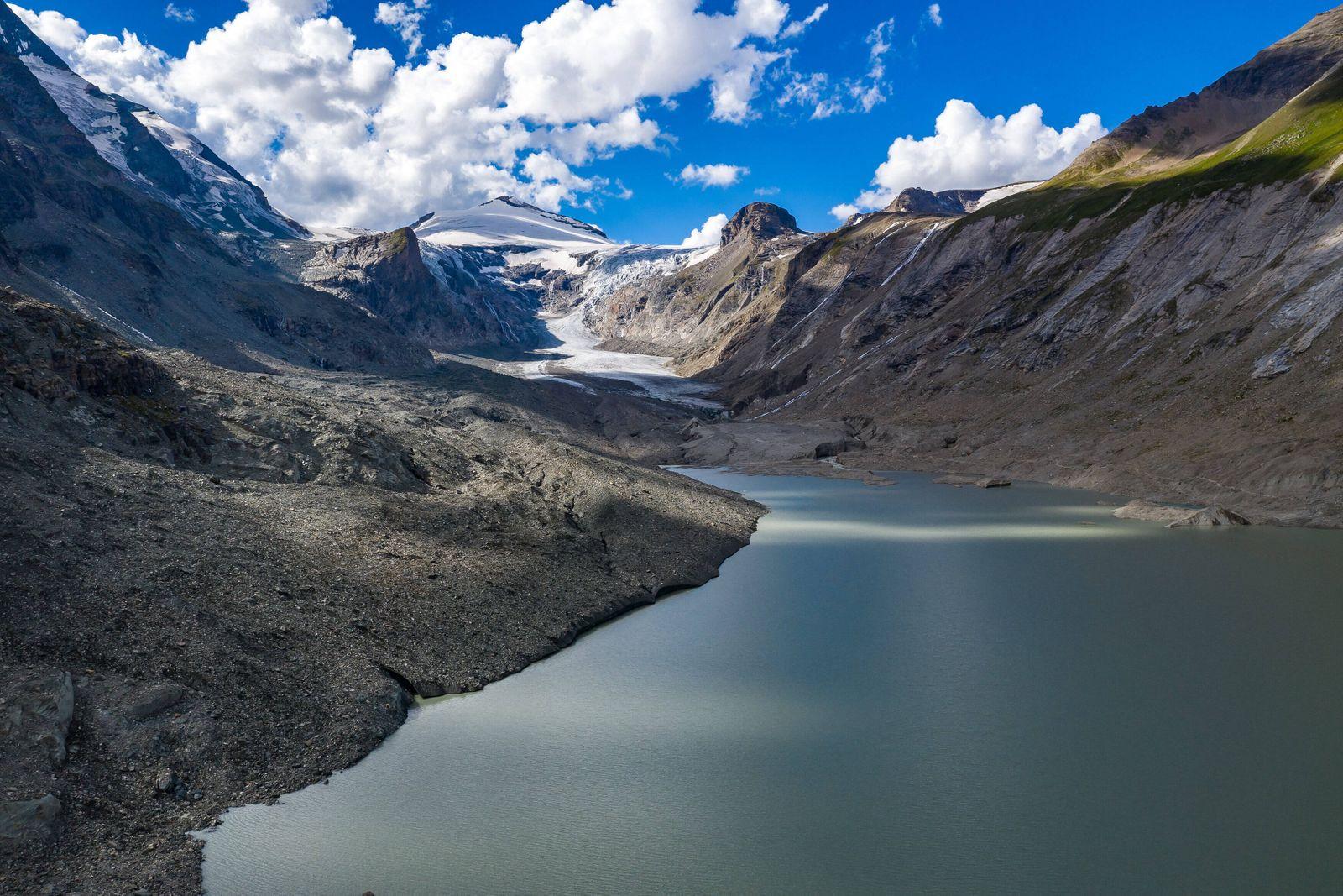 Heiligenblut THEMENBILD - Die Pasterze ist mit etwas mehr als 8 km Laenge der groesste Gletscher Oesterreichs und der la