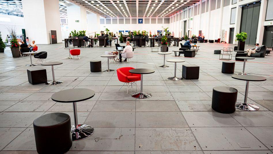 Leere Stühle in der Medienlounge der Internationalen Funkausstellung (IFA) in der Messe Berlin
