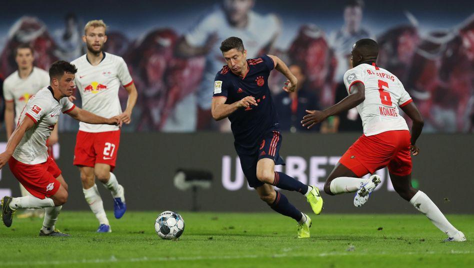 Bayern-Star gegen RB Leipzig: Robert Lewandowski wird umzingelt