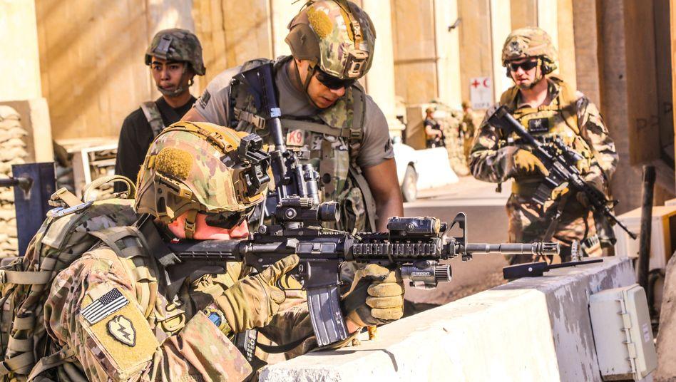 Schutz der Botschaft: US-Soldaten der 25. Infanterie-Division in Bagdad