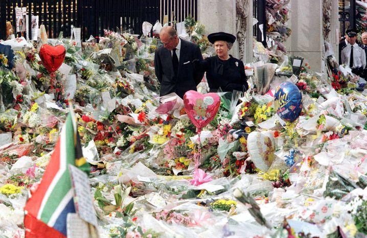 Queen Elizabeth, Prinz Philip, 1997 vor dem Buckingham Palast, nach Dianas Tod: Dass die Royals damals erst spät aus Schottland nach London, dem Zentrum der Trauer, zurückkehrten, wurde heftig kritisiert