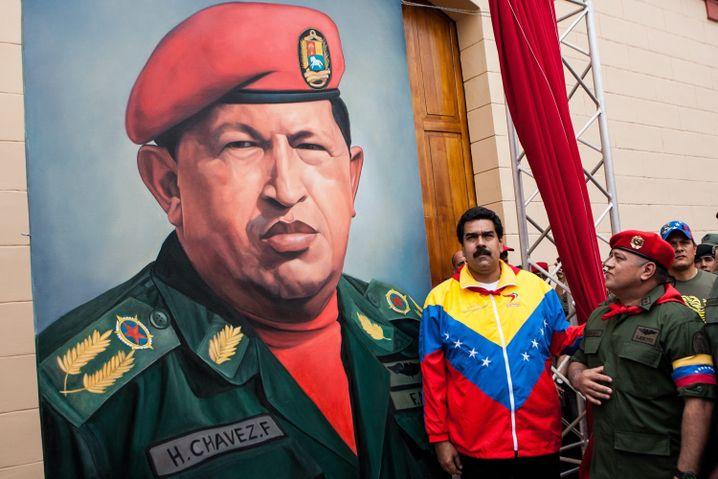 äsident Maduro (vor einem Plakat seines Vorgängers Hugo Chávez): Ein System persönlicher Bereicherung