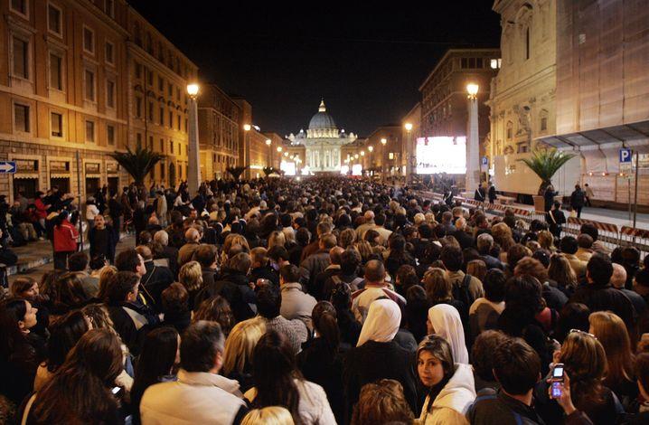 Gläubige auf der Via Della Conciliazione 2005: Kaum ein Handy zu sehen