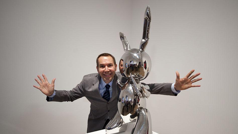 """Jeff Koons posiert 2009 in der Londoner Tate Modern mit """"Rabbit"""" - insgesamt gibt es drei der Skulpturen sowie ein Künstlerexemplar"""