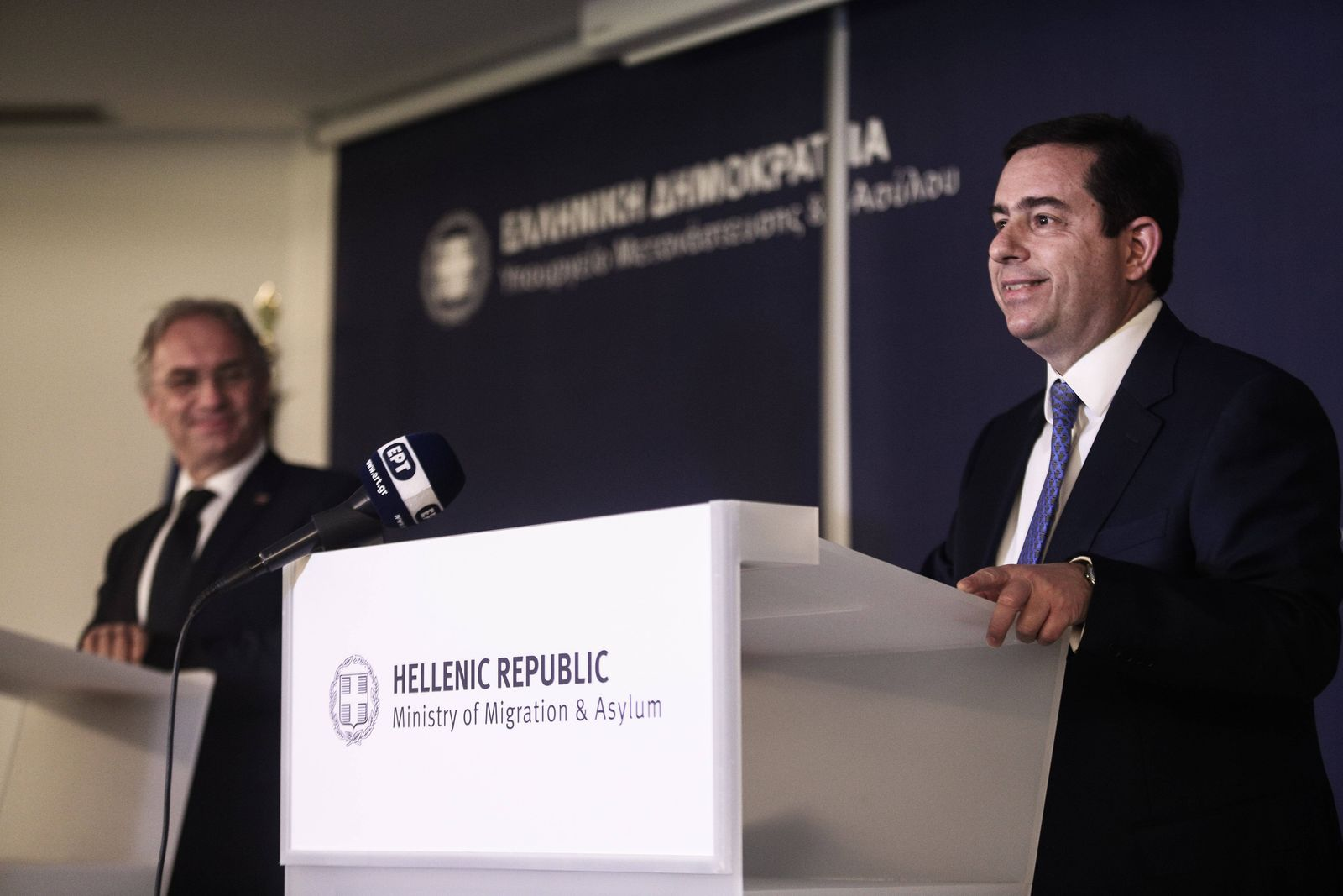 Athen, Griechenland - Griechenland s Minister für Migration und Asyl, Notis Mitarachi / Notis Mitarakis (R) trifft Slow