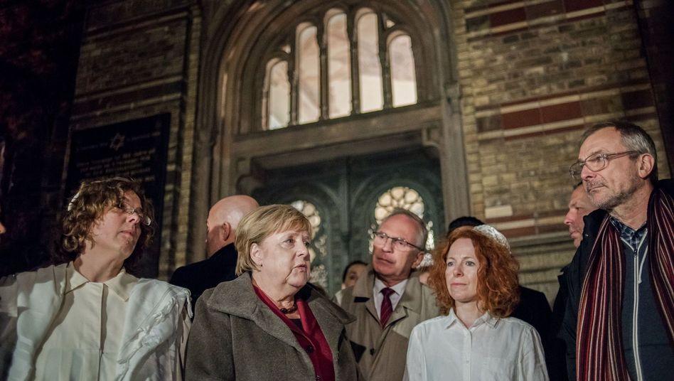 Angela Merkel vor der Neuen Synagoge in Berlin