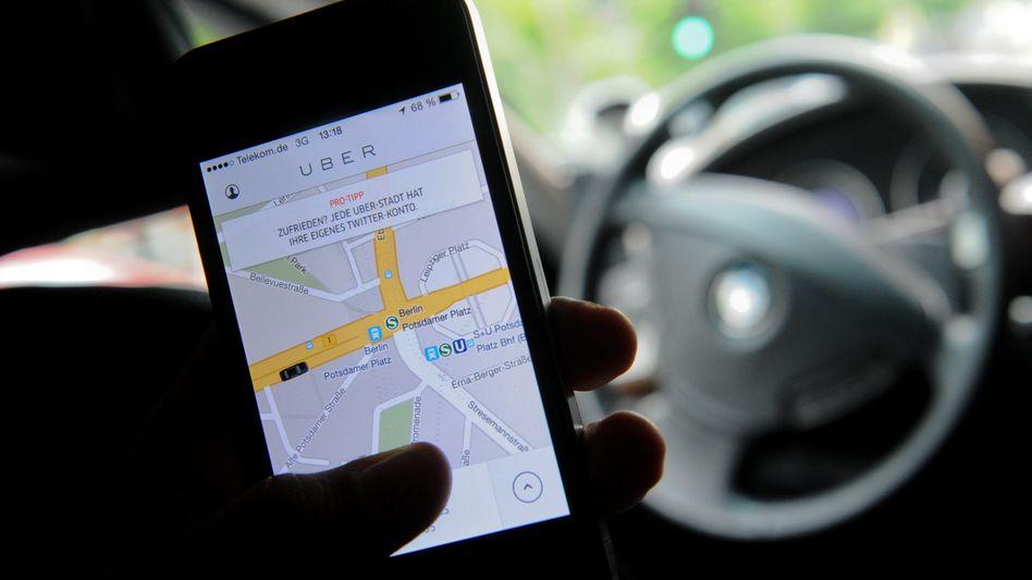 Smartphone mit Uber-App: Fahrtkosten dürfen Betriebskosten nicht überschreiten