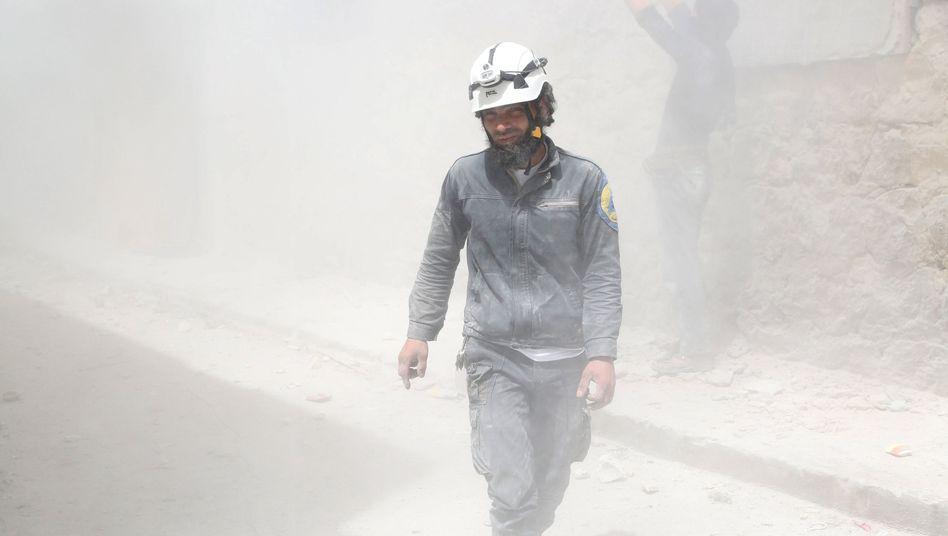 "Helfer am Ort eines Fassbombenabwurfs in Aleppo: ""Kollektive Bestrafung"""