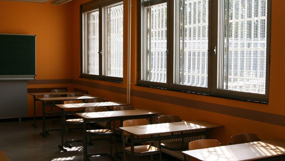 Vergitterter Seminarraum in der Schule der JVA Tegel: Etwa 900 Männer sind in einem der größten Gefängnisse Deutschlands inhaftiert, nur neun von ihnen studieren