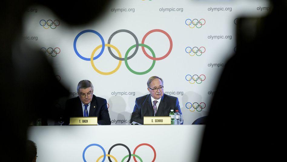 IOC-Präsident Thomas Bach, Chef der IOC-Untersuchungskommission Samuel Schmid