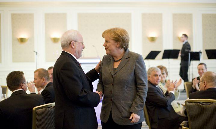 Gratulation: Die Kanzlerin beglückwünscht Lothar de Maiziere zum 70. Geburtstag (am 2. März 2010)